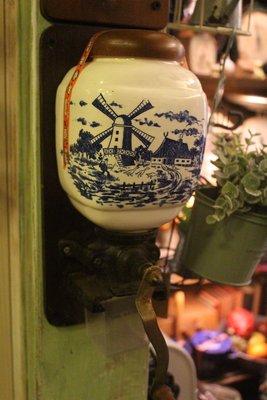 ZAKKA糖果臘腸鄉村雜貨坊    歐洲古董.陶瓷磨豆機.風車壁掛式磨豆機.咖啡機(老件瓦斯爐起司機多肉植物陶器青花瓷)