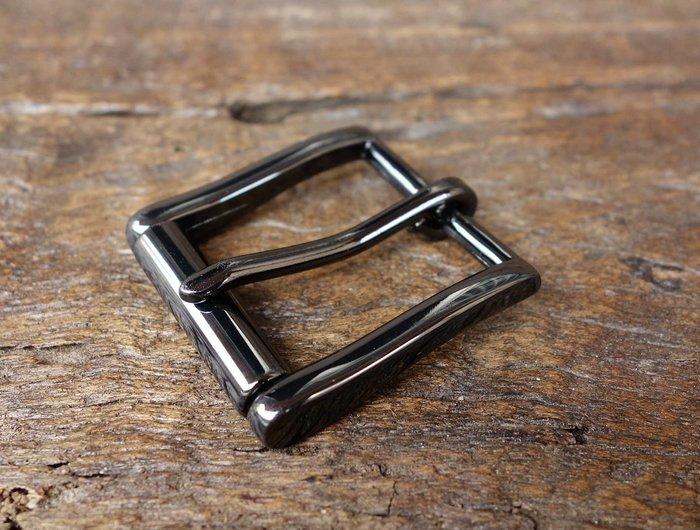 老約翰 皮雕 滾輪 皮帶扣 內徑32mm TLB 114  亮黑色 高級合金 皮帶頭 棒心扣