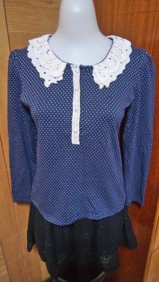 出清秋冬款 轉售東京著衣甜美可愛深藍色綴白色圓點點,領口有鈕釦綴白色鈎花縷空蕾絲雕花長袖棉麻衫,一元起標無底價