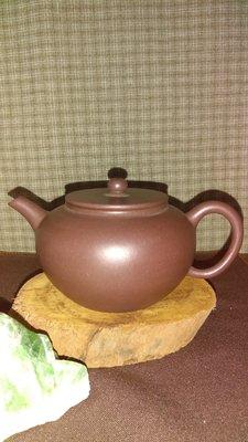 早期紫砂壺—平蓋款式壺,泥料:老紫泥(紫茄泥),獨孔出水,容量約150CC