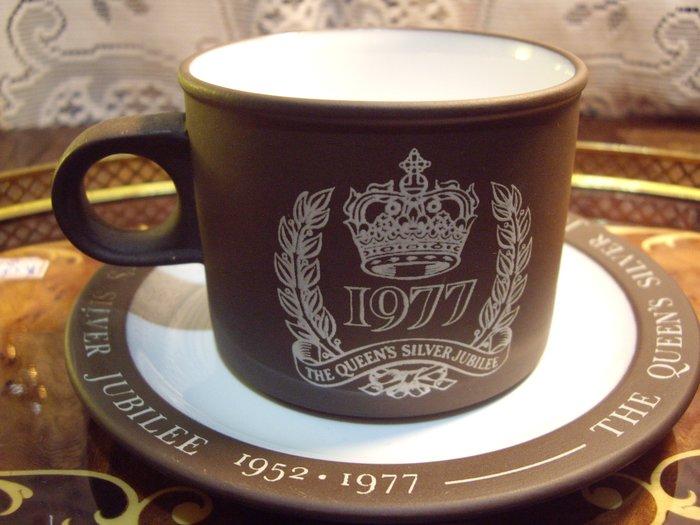 歐洲古物時尚雜貨 英國 杯盤組 皇冠1977 圖騰 咖啡花茶杯盤 擺飾品 古董收藏 一組2件