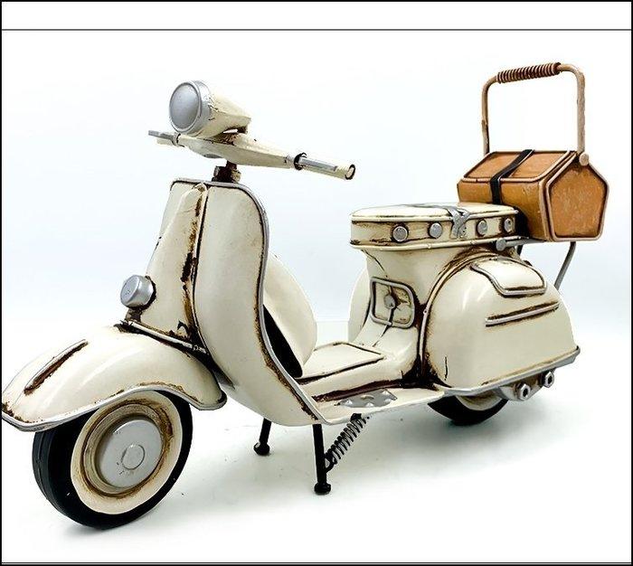 立體白色做舊偉士牌摩托車擺飾品 復古手工鐵皮模型野餐籃機車擺件裝飾品 另有摩托車重機哈雷偉士牌蒸汽火車【歐舍傢居】