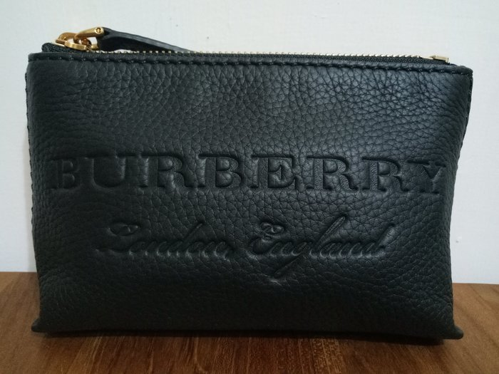 天使熊雜貨小舖~BURBERRY LOGO壓紋 荔枝紋手拿包  全新現貨