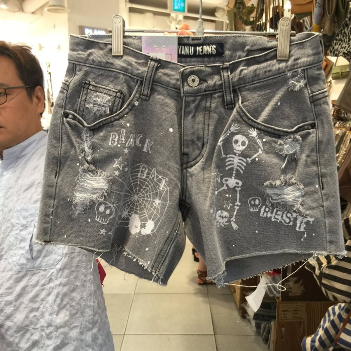 【江南小舖】正韓--定腰式骷顱頭蜘蛛網刷破牛仔短褲****零碼出清
