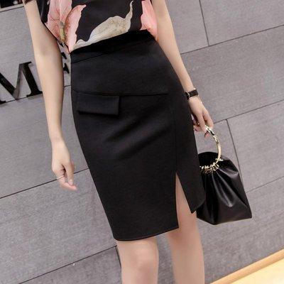 窄裙短裙口袋不對稱前側開叉 S~2XL 韓版女OL包臀裙修身百搭性感大尺碼 黑色【小玲唲】
