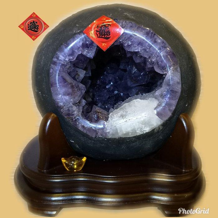 ?【168 精品】? 巴西頂級紫晶洞重7.5kg 寬22cm高22cm 洞深11cm.大角紫、大方解石【C67】