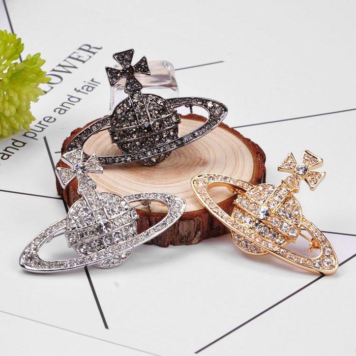 Melia 米莉亞代購 日本 Vivienne Westwood 配件 飾品 薇薇安 三色 打土星 滿鑽 胸針 明星款