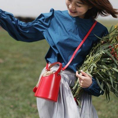 **蛻變英倫**韓國限定版連線熱賣高品質訂製歐美頂級款紅色小桶包女斜挎真皮簡約韓版圓柱形夏季文藝洋氣高級手拎小包