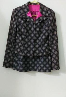 衣配裙,套裝(搬家大出清)專櫃BERNIS 貝爾尼斯,黑菱格灰方點點墊肩桃紅袖釦短外套,配A字短裙。無彈性,有內裡,請參考實量尺寸 三宅一生夏姿 Reberto