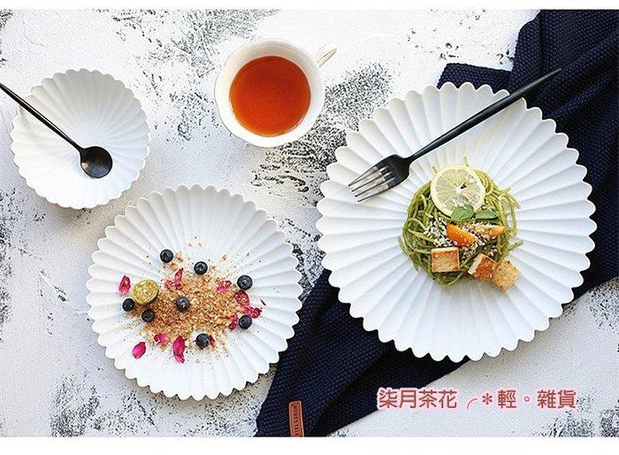 柒月茶花╭*輕。雜貨。青蕾 天使純白 日式菊花磨砂陶瓷餐盤 點心盤