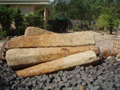 進口安山岩石柱(H:280~300CM)
