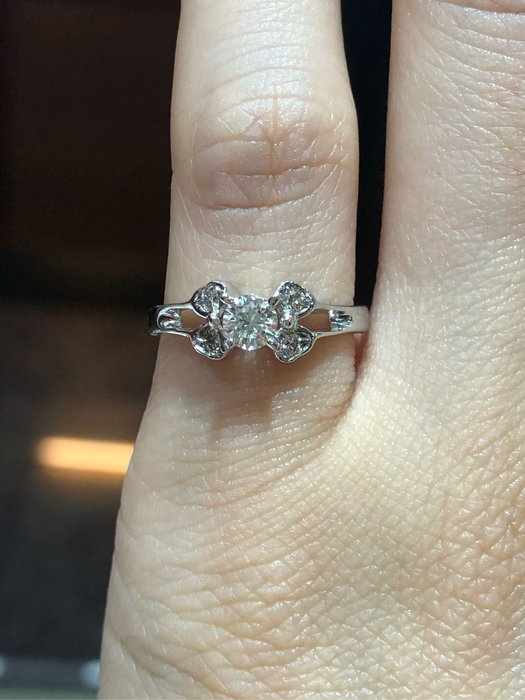 27分天然鑽石戒指,簡單設計經典款式適合平時佩戴,鑽石白火光閃,超值優惠出清特價16580,也可以當尾戒