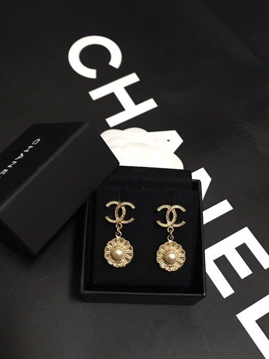 「正品」Chanel 香奈兒 經典雙C 雕花LOGO花朵珍珠造型耳環 (近全新)優惠含運12800元