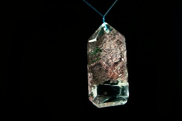 □§Disk的天然水晶§□【晶中晶】白底激光料彩色幻影水晶牌墜R-41(高39寬19厚13mm)
