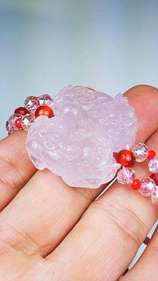 (( 上品堂))頂級天然粉水晶雕貔貅手鍊.共重33克.只給第一標.幫你妳咬情人來吧
