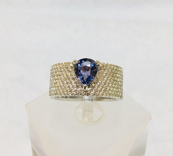 珍奇翡翠珠寶-天然變色藍寶石1.03克拉,罕見稀有。無燒濃郁,近乎完美,非常乾淨,火光爆閃,強烈變色,特別搭配設計款戒台.更加典雅氣質誘人.戒圍12.附證書