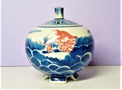 青花釉裏紅魚貫海水雲龍瓷罐.尺寸:高9.5公分.寬9公分.口徑4.5公分.底4.8公分.重量180公克