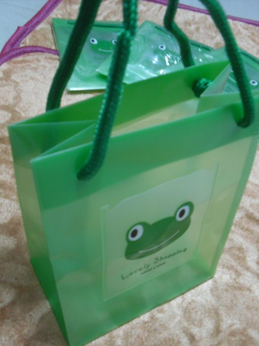 卡通亮彩手提袋   可愛蛙手提袋   禮袋  袋外有2個小層袋 ( 可裝票卡、收納小物 )