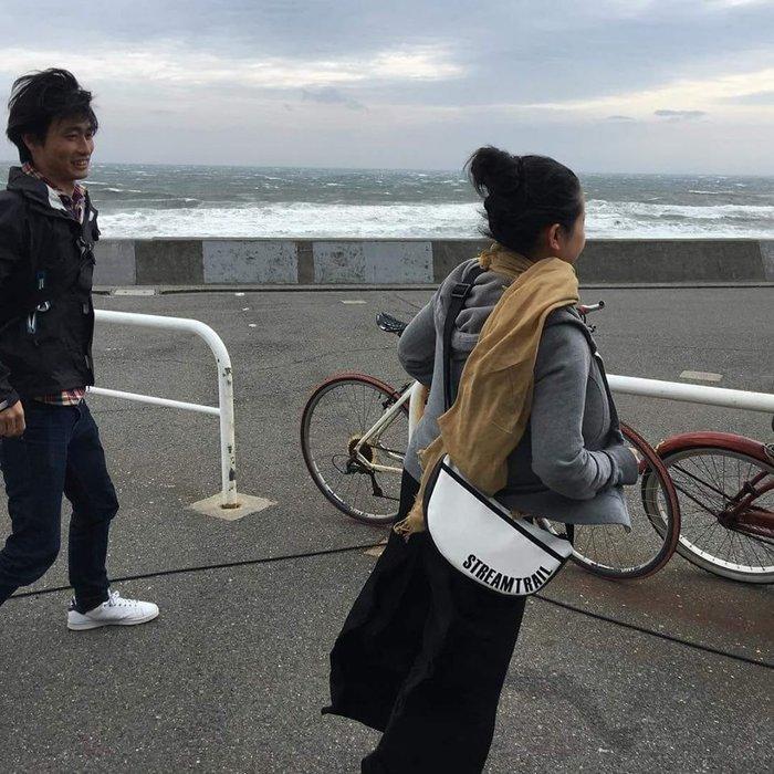 日本Stream Trail戶外防水包-Moon 時尚休閒側背包 月亮包、彎月肩背包 水餃包-浪花白Splash