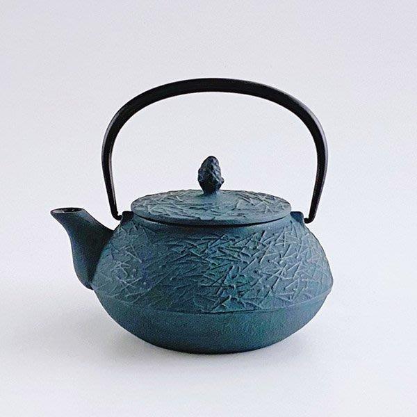日本鑄鐵壺南部鐵器【岩鑄】松葉 彩壺0.65L-青色 泡茶壺 急須 鑄鐵壺 茶壺 高山茶 普洱茶