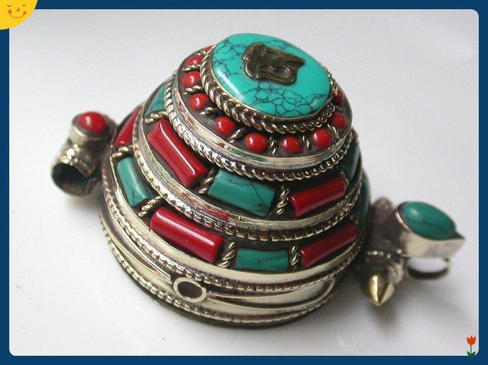 【雅之賞|藏傳|佛教文物】*特賣*尼泊爾 藏銀嵌石精雕手工嘎嗚盒(大)~Q1422