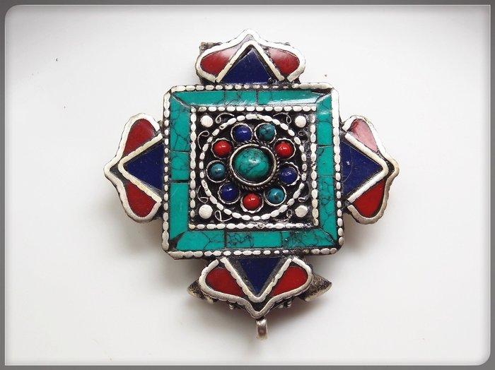 【雅之賞|藏傳|佛教文物】*特賣*尼泊爾 精工藏銀嵌綠松手工嘎嗚盒~201020