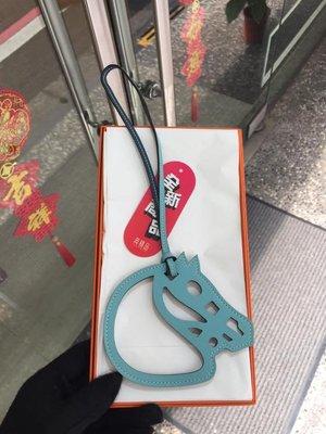 典精品名店 Hermes 全新 真品 Paddock Cheval Charm 雙色 鏤空馬頭 吊飾 現貨