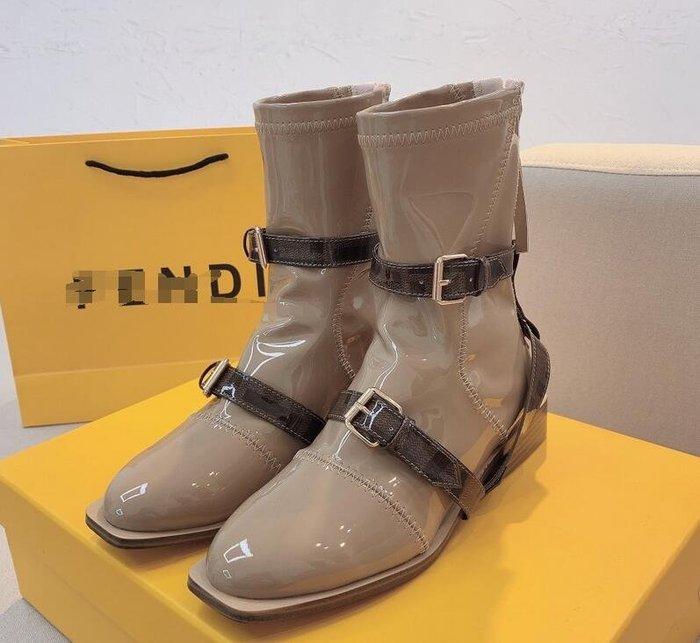 FEI*家馬丁靴女漆皮短靴機車靴 平底皮帶扣方頭後拉鏈騎士靴~妖精館
