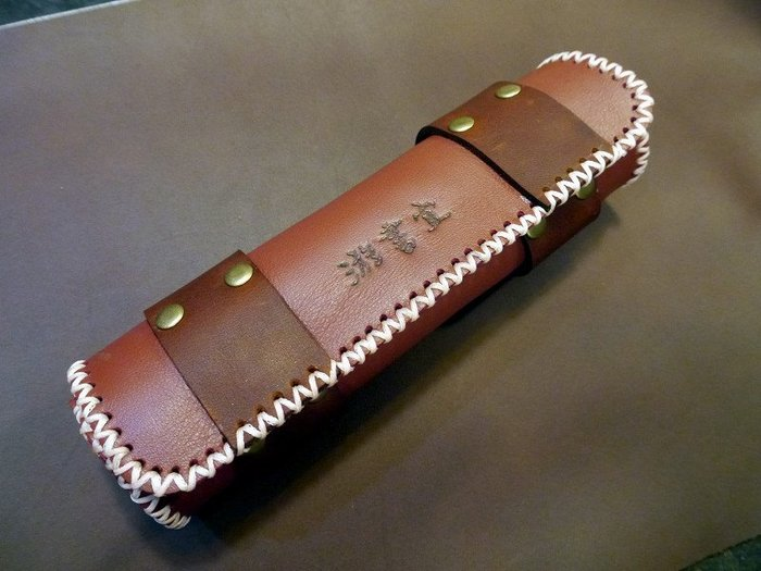 KH手工皮革工作室 MIT全手工訂製真皮鉛筆盒化妝包筆套化妝盒頭層牛皮圓型磁釦收納方便皮革縫線配色自選免費燙字