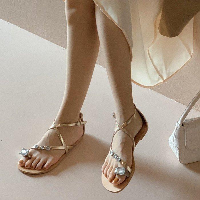 『Alice❤愛麗絲』夏季新款交叉帶水鑽平底羅馬涼鞋女平底度假風復古套趾沙灘涼拖鞋