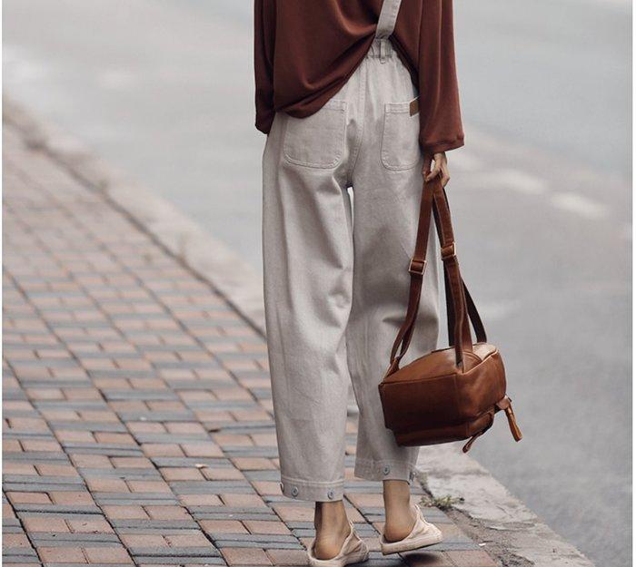||一品著衣|| 寫意瓷灰色單背帶直筒褲一條靈光乍現的牛仔九分褲女 特立獨行自在設計師款 多變釦子褲腳 不對稱背帶可拆卸