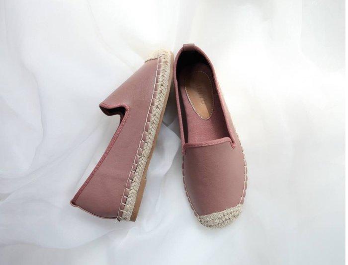 美麗喵。現貨。韓國 皮革休閒百搭好穿搭草編鞋 休閒鞋 平底鞋(23號適穿)