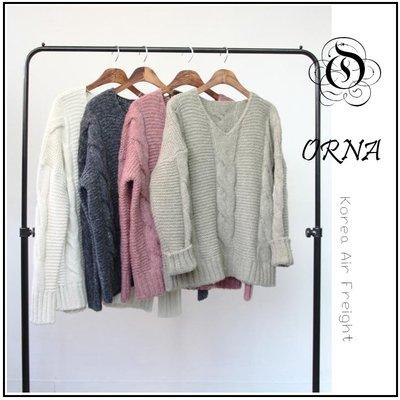 【ORNA 爾瑞菈】 現貨 韓國空運 基本款純色V領麻花捲造型寬鬆短版毛衣