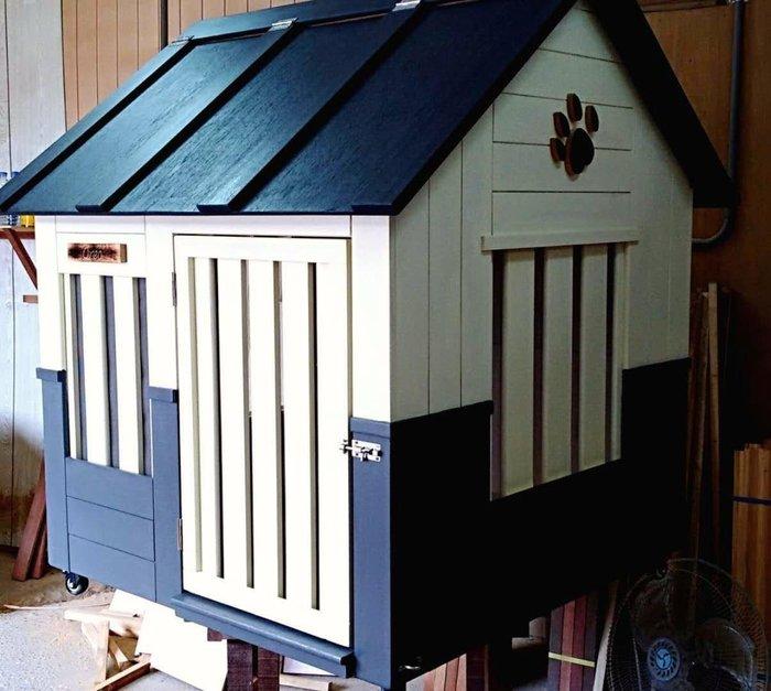 大狗屋,配合房子設計,屋頂活動可掀開。