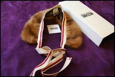 全新專櫃真品《Moschino》棕色皮草紅白蝴蝶結領圍原價$13200