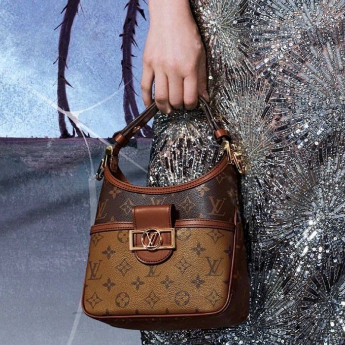 LV M44580 MINI DAUPHINE 手袋為時下流行的方正輪廓與金釦