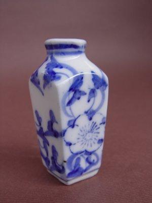 【 懷德-肖 】託 售--- 老 件 ---乾隆年製--青花花卉紋鼻煙壺 -- *可提前結標