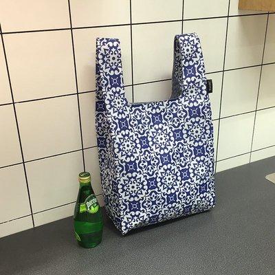 【M WareHouse】環保愛地球系列 青花圖 M號摺疊雙層防水環保購物袋。D080510