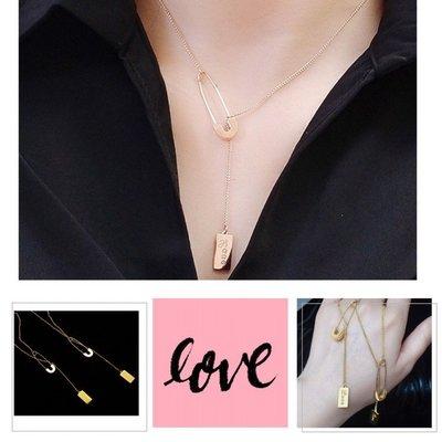 法式懮雅別針吊飾項鍊 LOVE小方牌鎖骨項鏈 流行百搭飾品 鈦鋼材質 防過敏不褪色