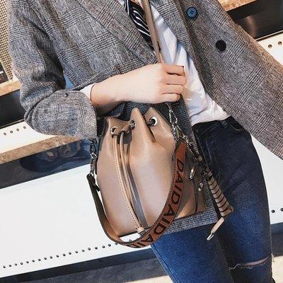 小包包女2018新款潮韓版簡約斜挎單肩水桶包 LQ2966