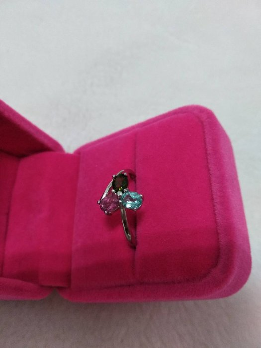 A+天然碧璽戒指~《賓士款式》~有點像幸運草~天然巴西彩虹碧璽,顏色繽紛亮麗,每個碧璽寶石戒指搭配3顏色都不同、隨機出貨!請您喜歡能接受再下單!~{熊寶貝珠寶}