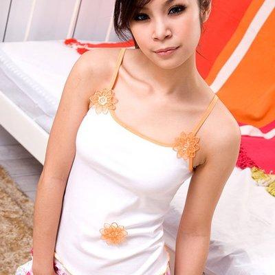 【免免線購 。台灣製】特價一件90元*俏麗花朵。可愛細肩帶短背心
