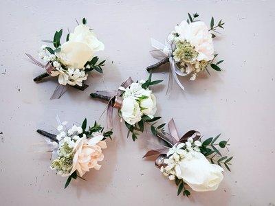 H25。白綠色系胸花。婚禮用胸花。新郎胸花。招待胸花。自取【Flower&House花藝之家】