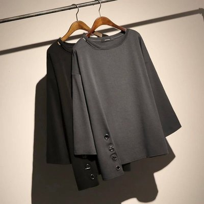 Thick girl中大尺碼女裝服飾。❤簡約知性素色下襬造型寬袖上衣/長袖