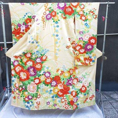【未命名.jpg】 日本古著 vintage手工縫製 絹質 淺米黃底 紅紫黃藍花朵 金彩加工 大振袖和服
