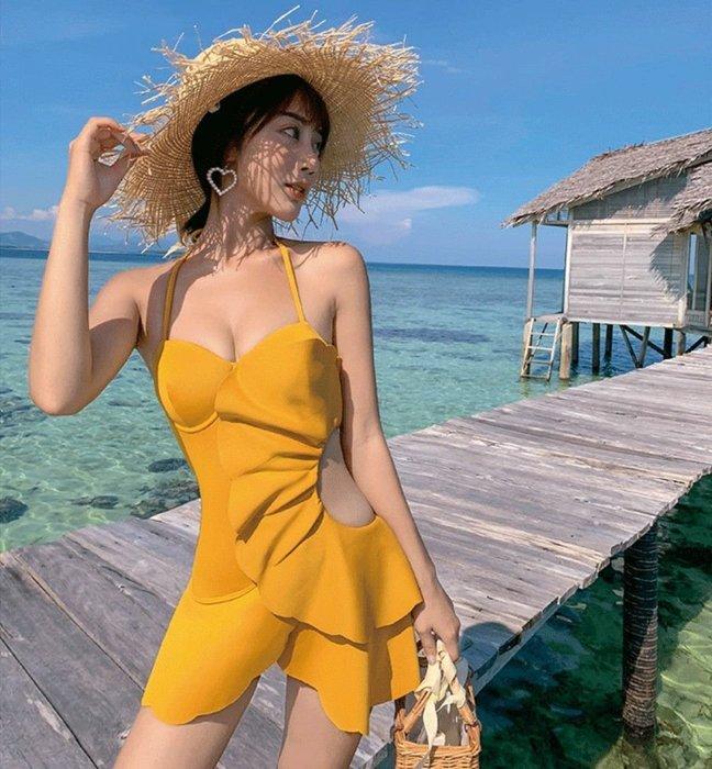 Qmi 韓國時尚薑黃色超立體感大荷葉鏤空裙式連體泳衣