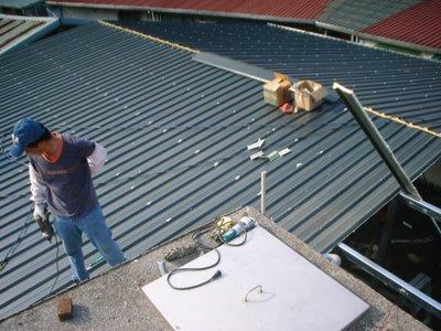 鐵皮屋搭建、屋頂防水、隔熱效果佳、每坪4500,盛餘鋼鐵鋁鋅55%可拉壯板材,聰明的你最佳選擇
