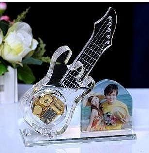 【易購生活館】情人節禮物 水晶吉他音樂盒水晶吉他模型音樂盒水晶吉他工藝品免費刻字照片