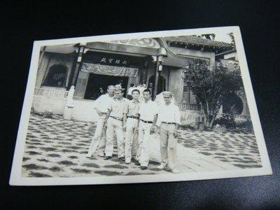 早期50年代~大雄寶殿(軍人照)6.5X9 公分--黑白老照片一張