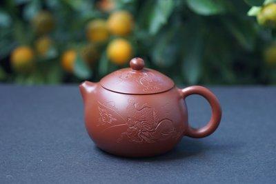 【敦敦壺】-【吳建強制】名家工藝美術師~西施刻繪龍紋~240cc朱泥 大紅袍茶壺(T864)